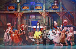 for-webAmie-Howes-as-Snow-White-with-the-dwarfs-and-panto-babes-700x455